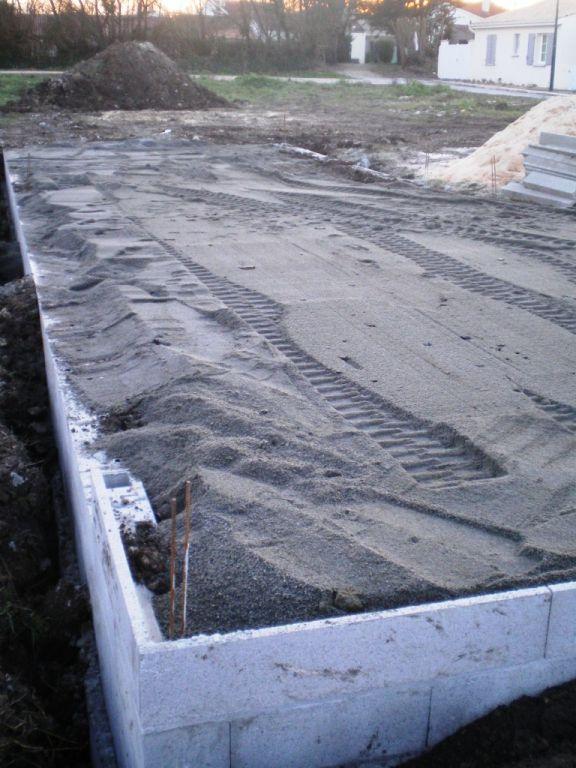 Fondation du dallage par compactage des terres du site et finition sable