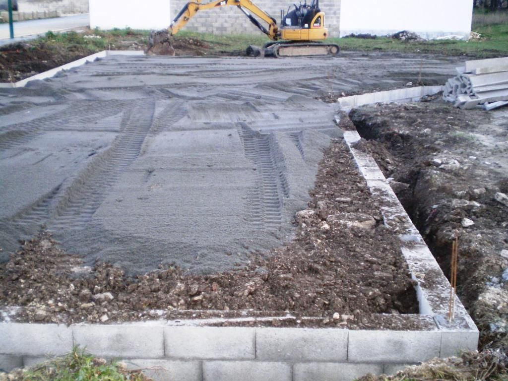 Régalage du sable sur les terres du site compactées
