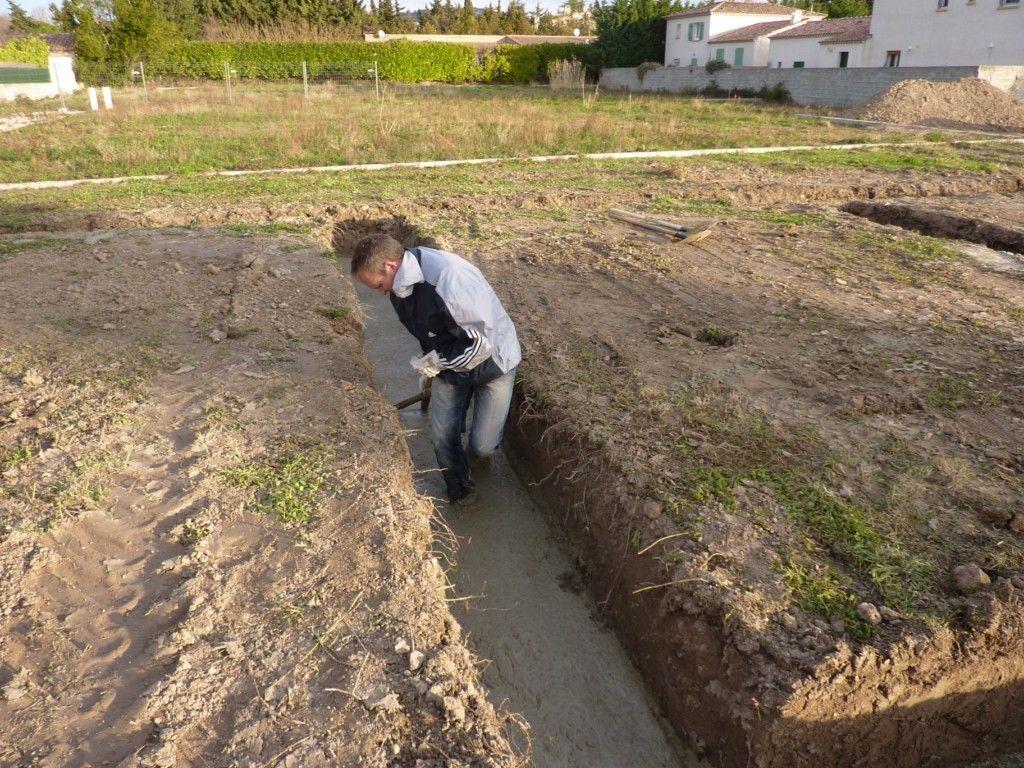 Coulage du béton de propreté en fond de fouilles.