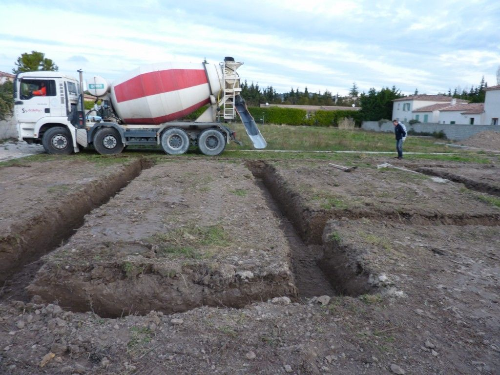La 1ère toupie (d'une longue série c'est sûr)... Coulage du béton de propreté en fond de fouilles.