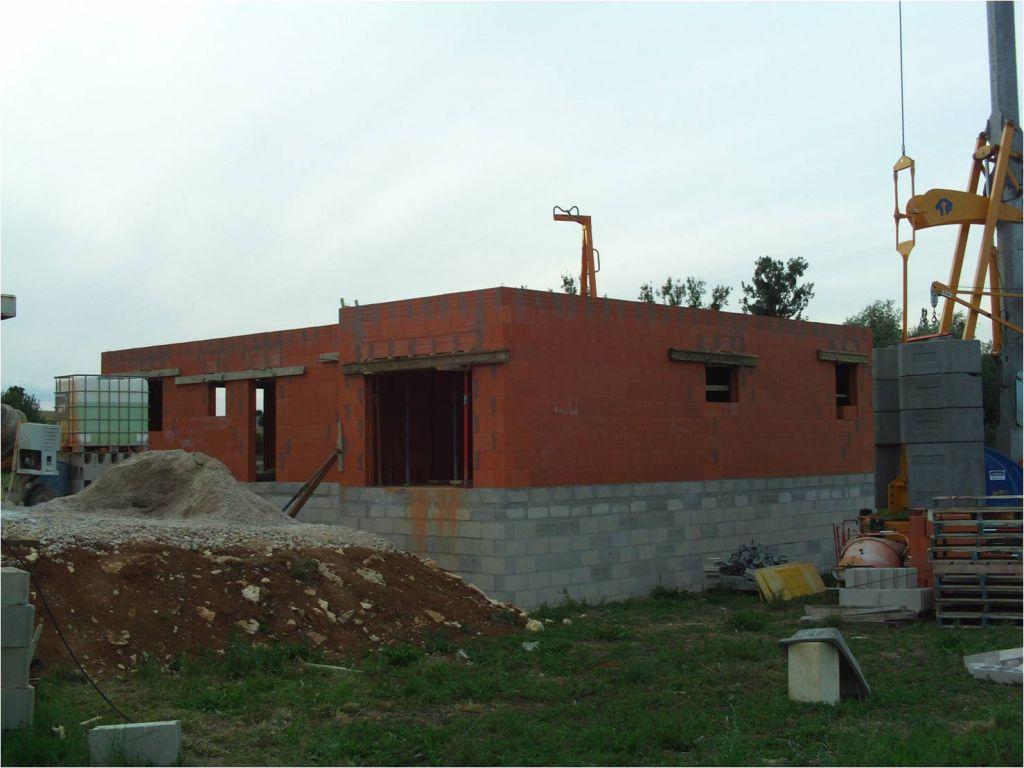 Vue extérieur sur les murs Est (garage   lingerie) et Sud (Garage   bureau   entrée   WC   cuisine)