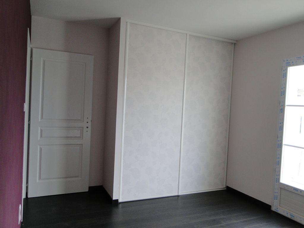 Chambre 1 : revêtement de sol et papiers peints terminés.