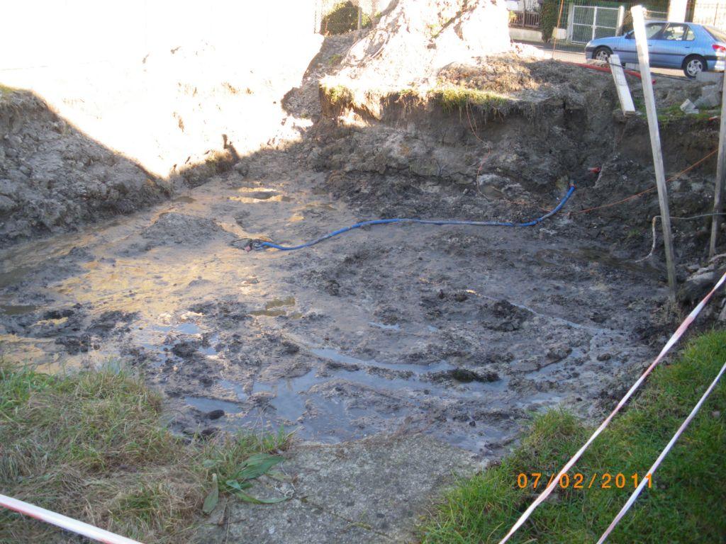 Terrassement évacué de son eau avec la pompe de visible au bout du tuyau bleu !!