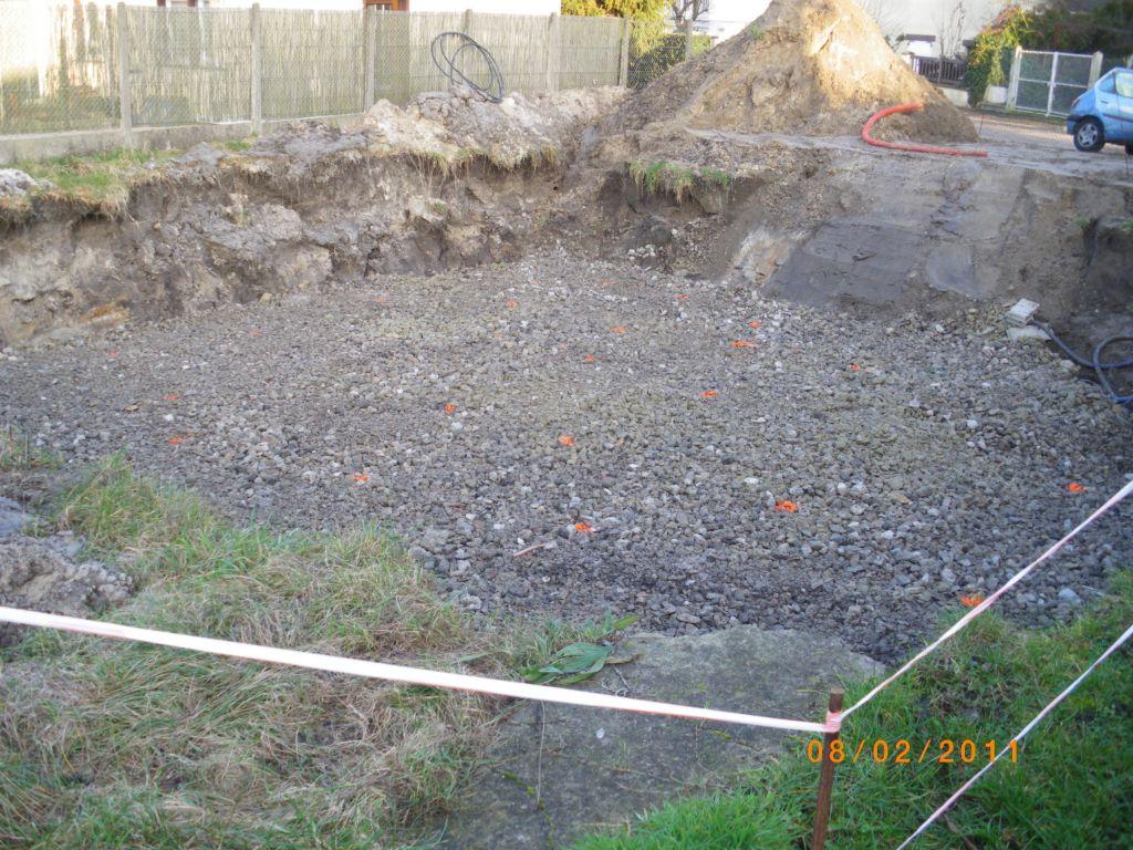 Environ 50cm de cailloux déposé dans le fond du terrassement