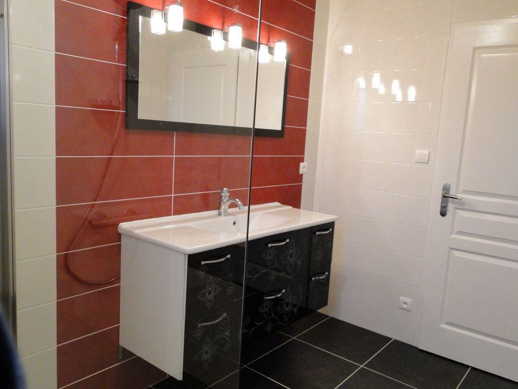 Salle-de-bains : meuble et miroir installés