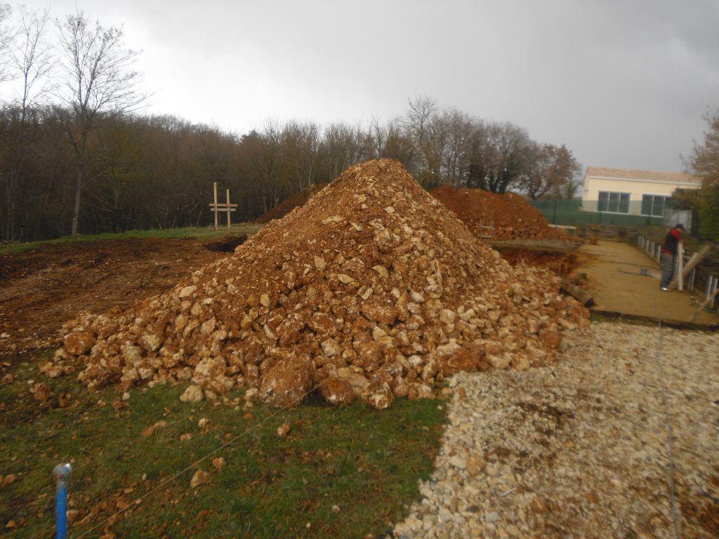 Un gros tas de cailloux. Beaucoup de terre de sorti.