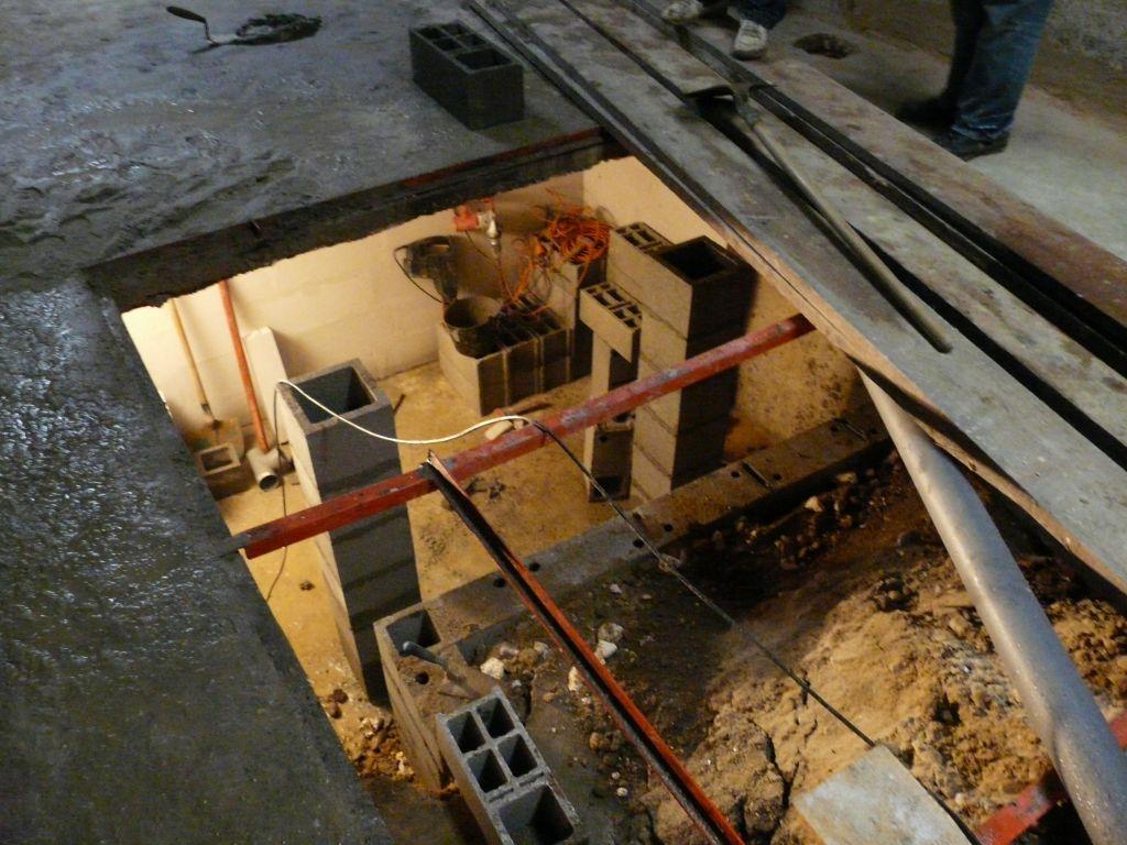 Maçonnerie de la cave en cours : poteaux pour soutenir une des futures baies vitrées