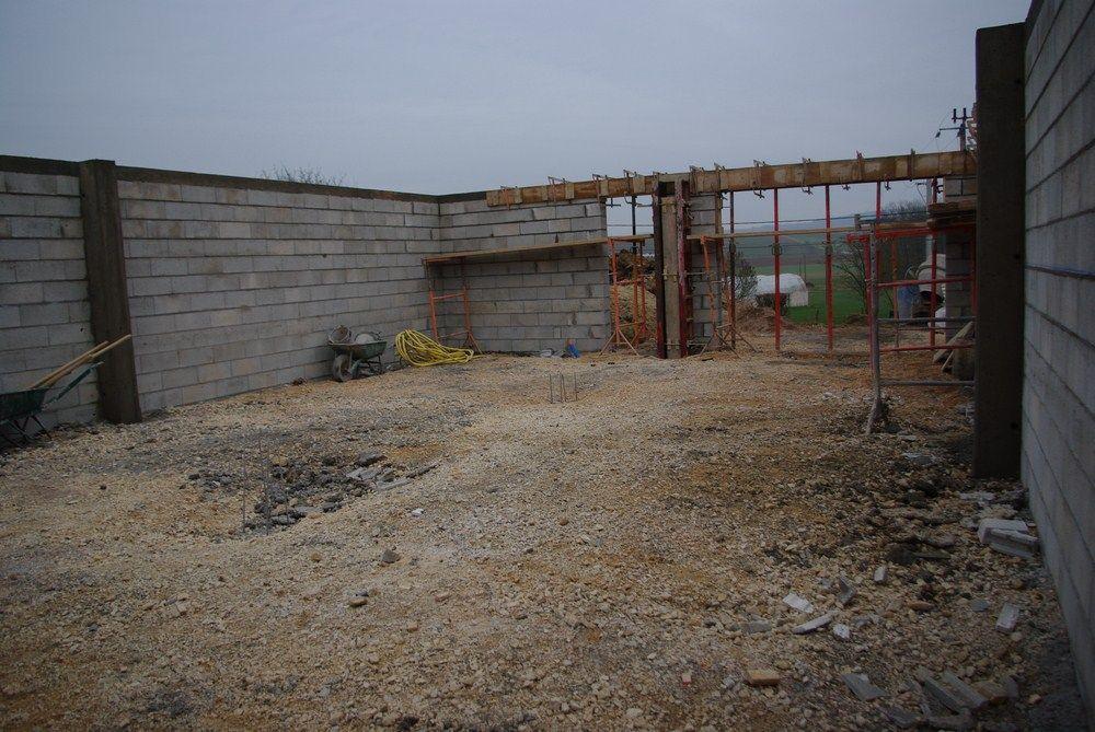 Le sous-sol est terminé. Les poteaux en béton sont prêt à réceptionner le portique bois qui viendra refermer ce garage.