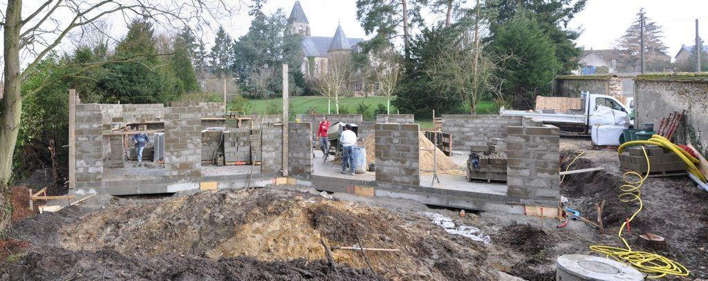 Elévation des murs (matin Jplus1). En une journée, les murs sont montés sur une hauteur de 160 cm (8 rangs de parpaings) !
