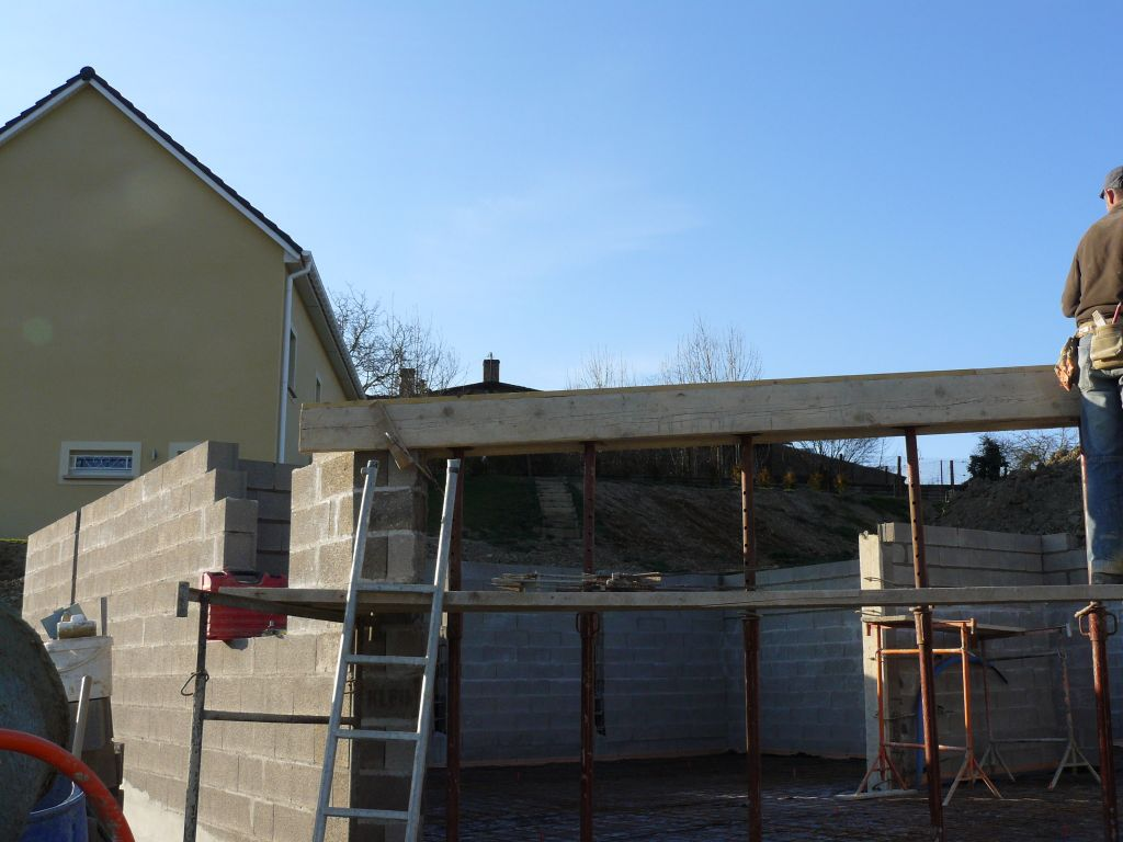 Préparation du coffrage pour le linteau de la porte du garage