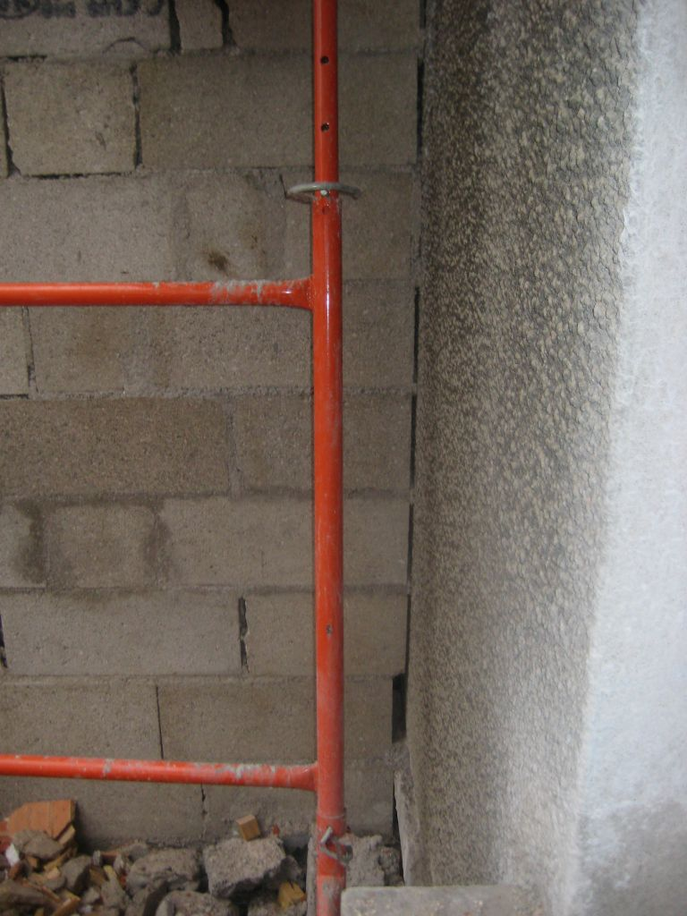 espace entre le mur existant et l'extension