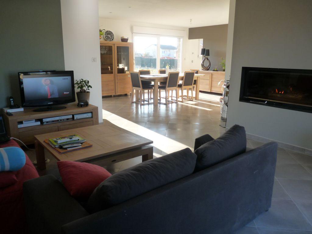 au premier plan le salon et au fond le séjour <br /> derrière le mur de la tv se situe la cuisine