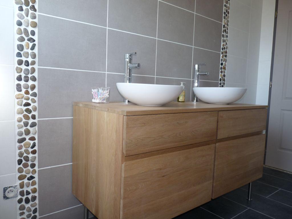 meuble installé mais pas encore fixé, il reste encore quelques finitions; mettre les prises, un miroir, porte serviette...