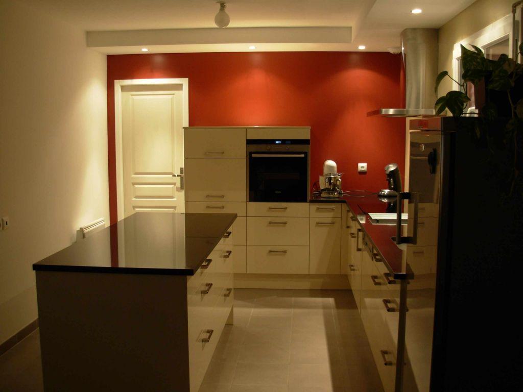 Cuisine, avec meubles et plan de travail en granit noir brillant (côté face ilôt)