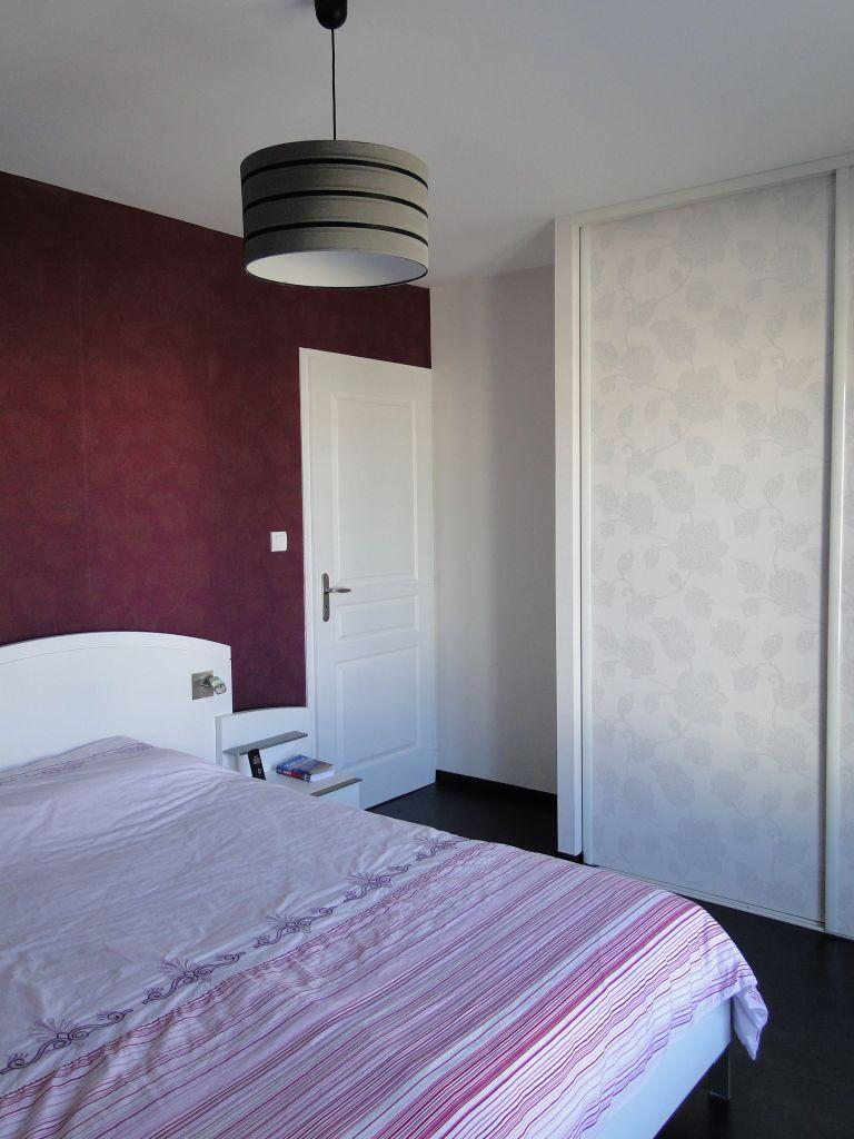 La décoration de la chambre 1 est quasiment terminée. Il reste à poser les rideaux et quelques cadres.