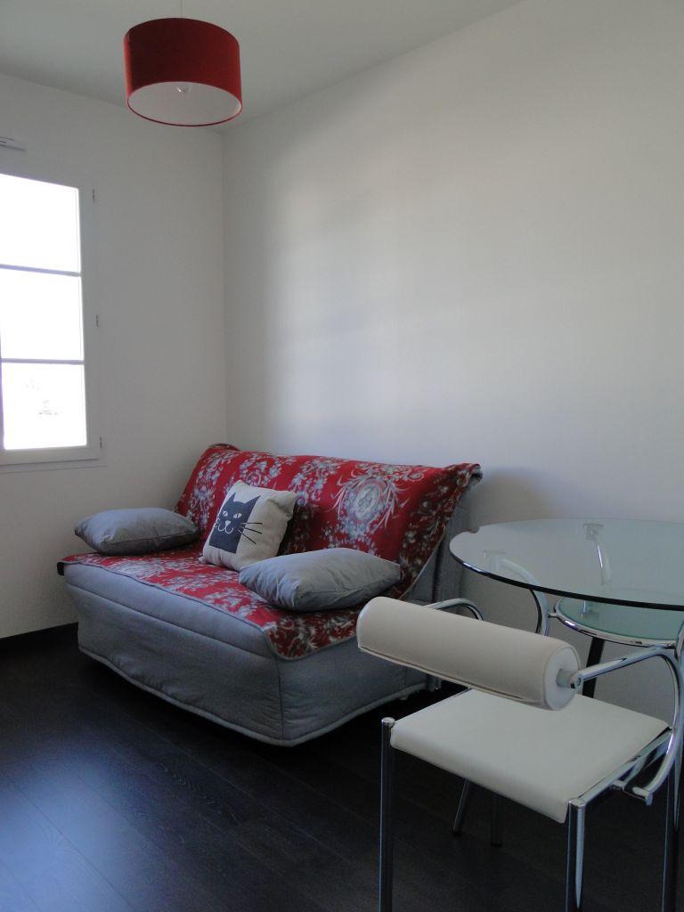 La décoration du bureau n'est pas terminée. Il manque des cadres. Cette pièce peut également servir de chambre avec le BZ facile à déplier.