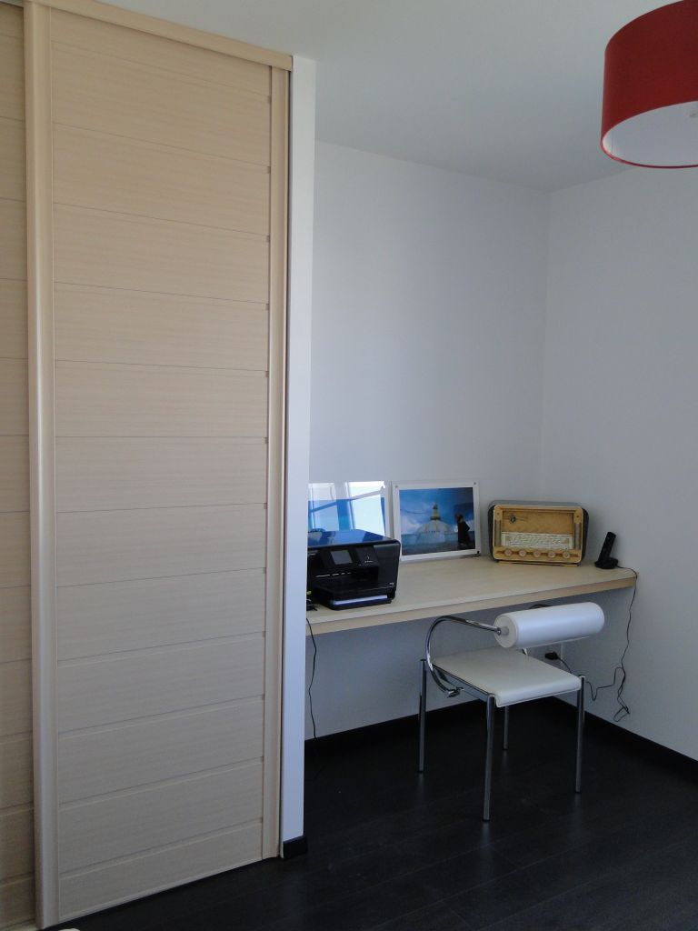 La décoration du bureau n'est pas terminée. Il manque des cadres.