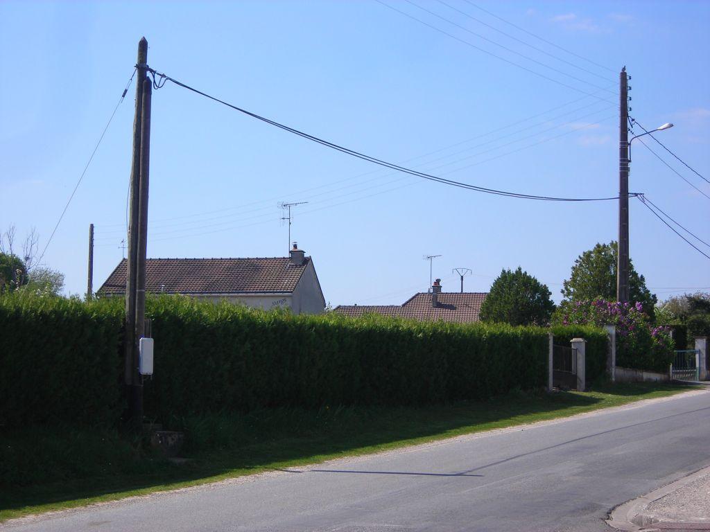 La façade du terrain (28m) avec le poteau électrique/téléphone au coin. Peut-être quelques économie sur la viabilisation