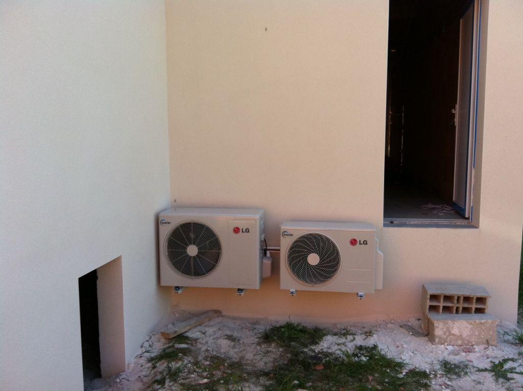 photo les 2 splits exterieurs contre le garage buanderie chauffage climatisation gard 30. Black Bedroom Furniture Sets. Home Design Ideas