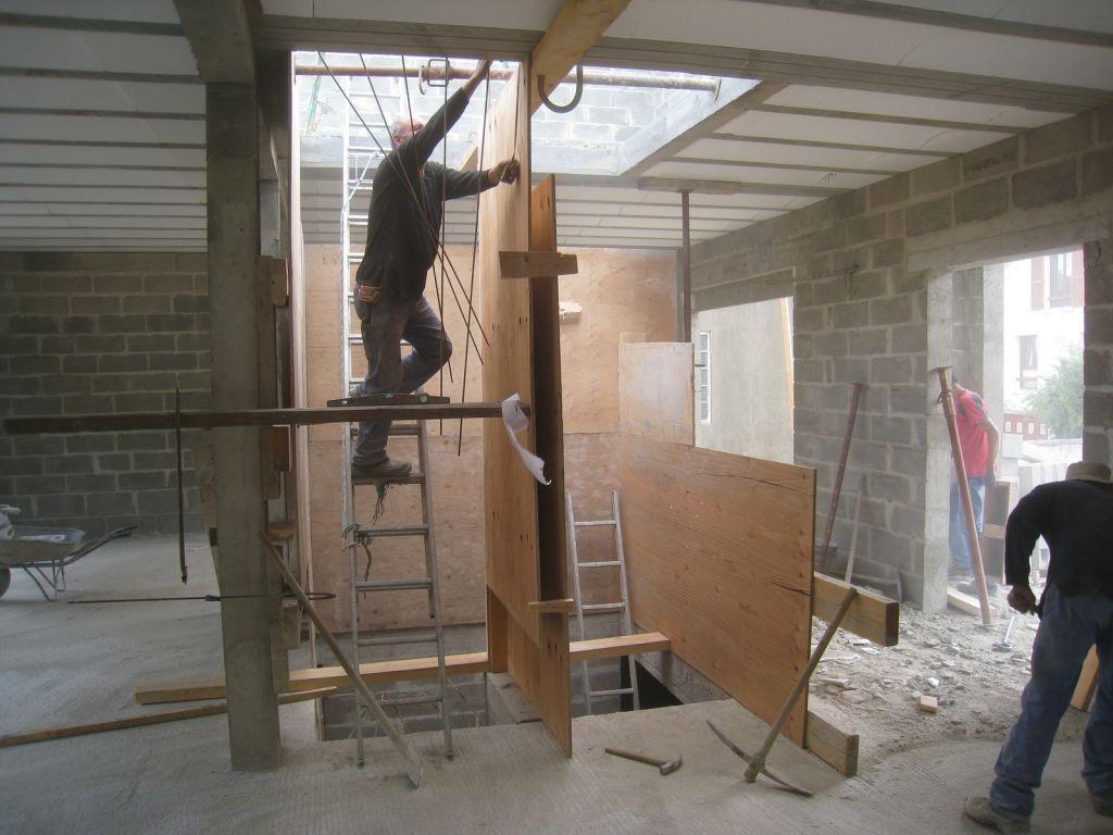 Commande des portes int rieures maconnerie termin e coffrage et coulage des escaliers b ton - Coffrage escalier beton droit ...