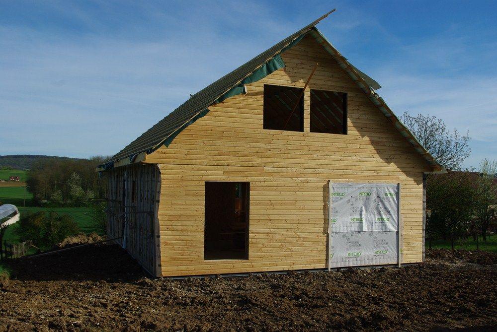 Les terres autour de la maison ont été partiellement remises en forme. On circule enfin correctement autour de la maison.