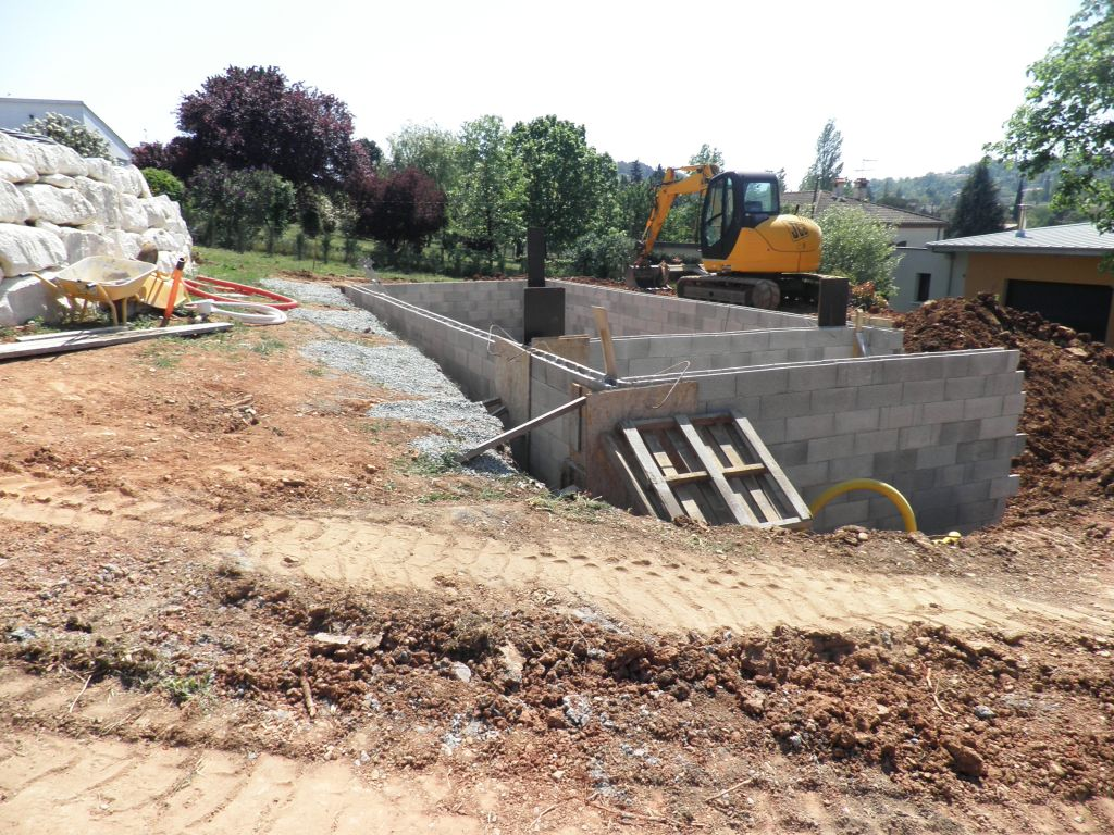 Construction de la piscine la piscine prend forme albi for Construction piscine 81