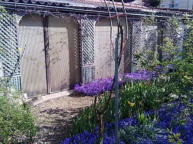 Abri de Jardin au nord du jardin faisant tout le long du mur
