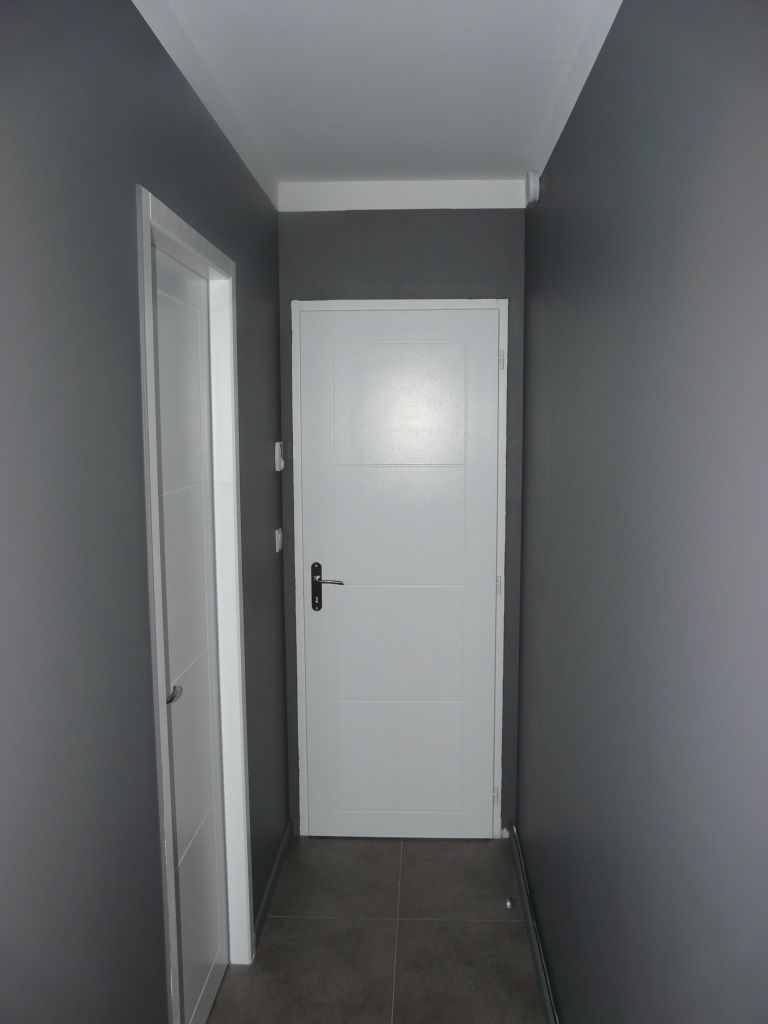 Peinture du couloir peinture du couloir st pierre de - Couleur peinture entree couloir ...