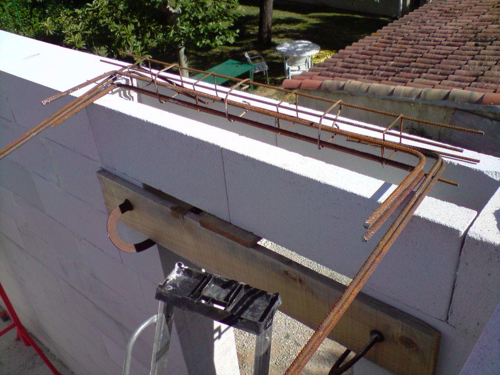 préparation d'un ferraillage de linteau de porte qui doit se reprendre sur le cadre en BA de part et d'autre de l'ouverture d'où les équerres...