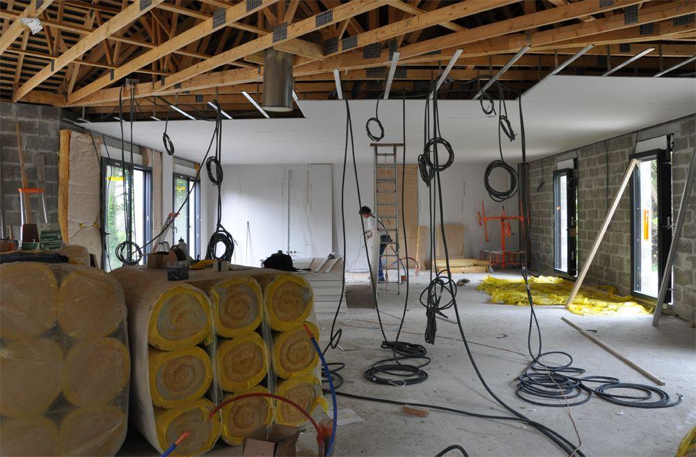 Pose des gaines élec, contre cloisons et plafond