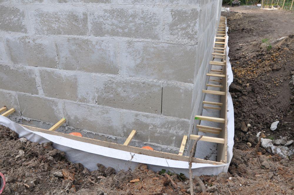 Comblement des fouilles avant intervention charpentiers. <br /> Pose d'un pseudo drain pour fondation massifs et longrines avec vide sanitaire.