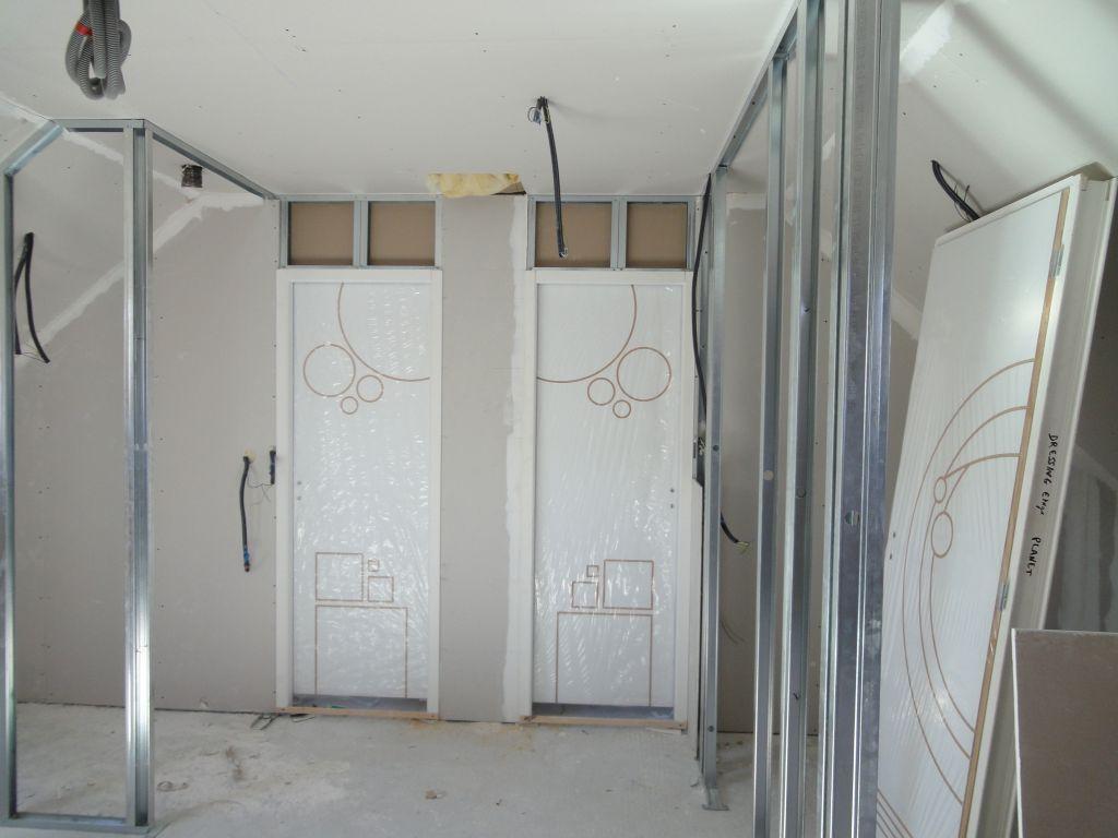 chambres de l'étage fermée!, on voit se dessiner le dressing à droite  et le wc à gauche