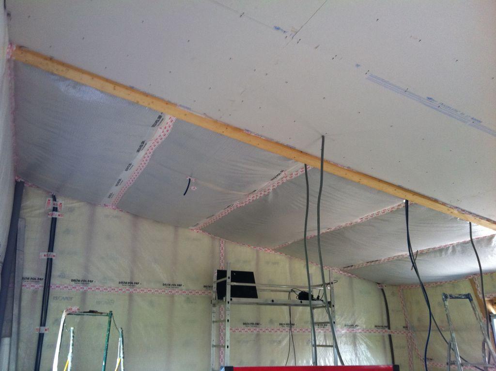 isolation plafond de l 39 tage pose des fourrures pose du pare vapeur de l 39 tage caudan. Black Bedroom Furniture Sets. Home Design Ideas