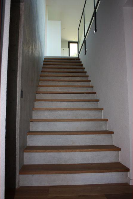 escalier du sous-sol béton et chêne huilé