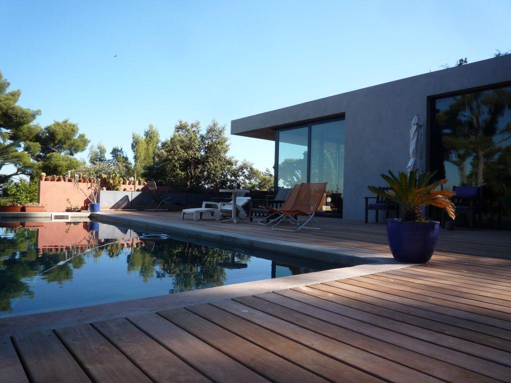 pas de revetement pour la piscine, juste le ciment poncé avec son gris : la couleur de l'eau est sublime