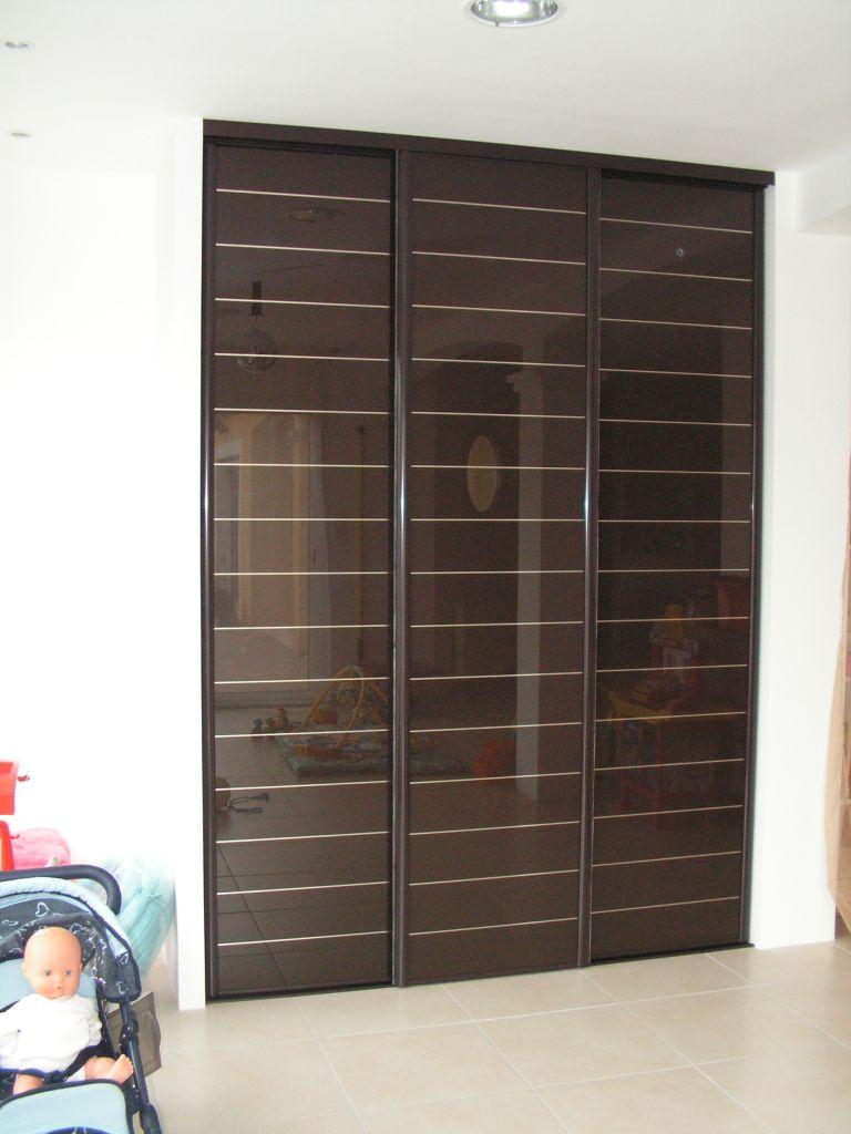 Portes de placard 3 vantaux verre laqué strié marron, profil chocolat.