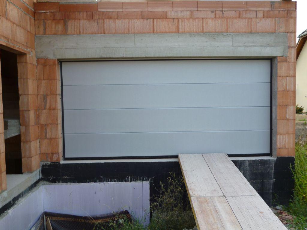 Pose de la porte de garage porte de garage pos e for Porte garage haut rhin