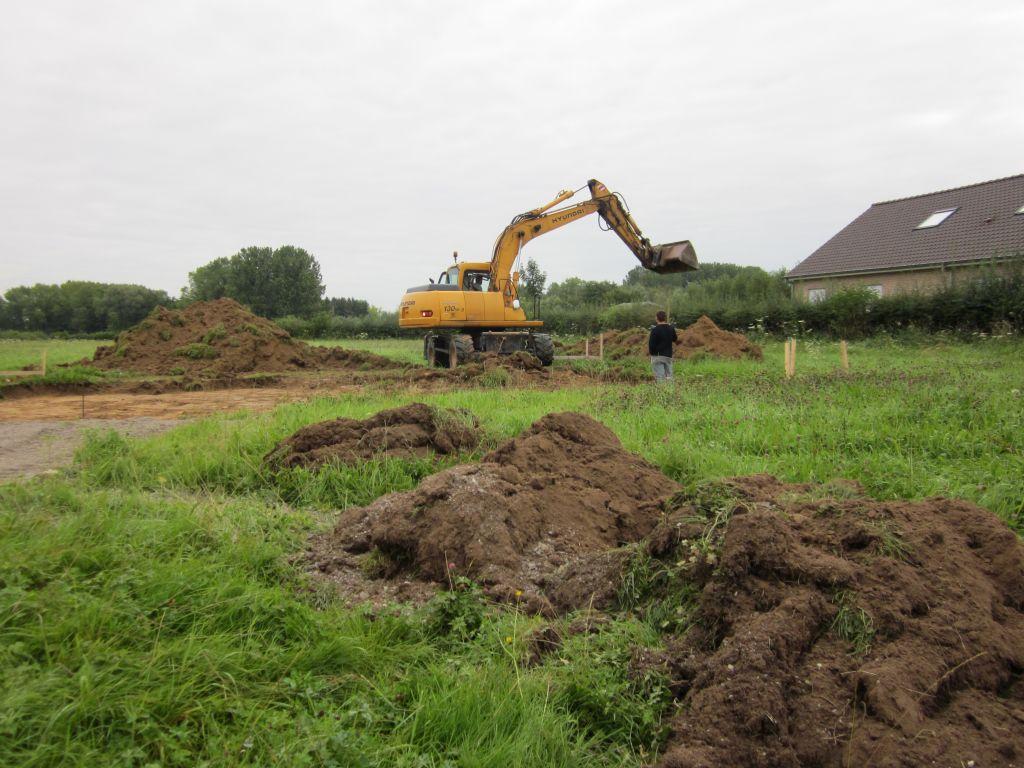 décapage du terrain pour creuser les fondations et poser le vide sanitaire