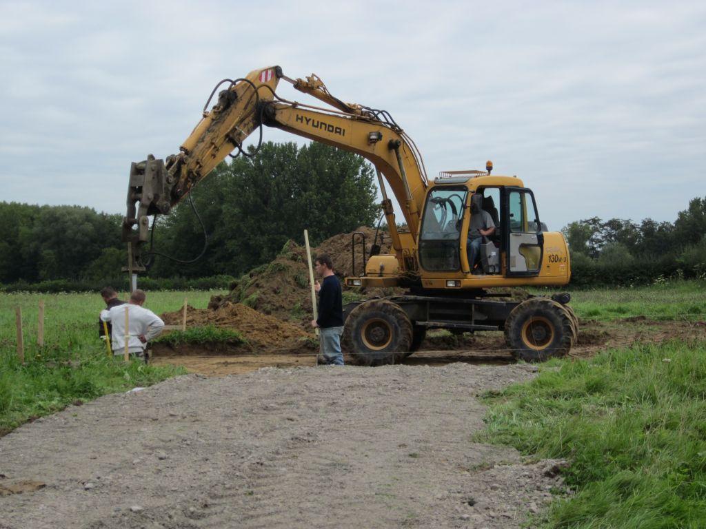 première journée de chantier qu'on appellera J1, ils attaquent les fondations...