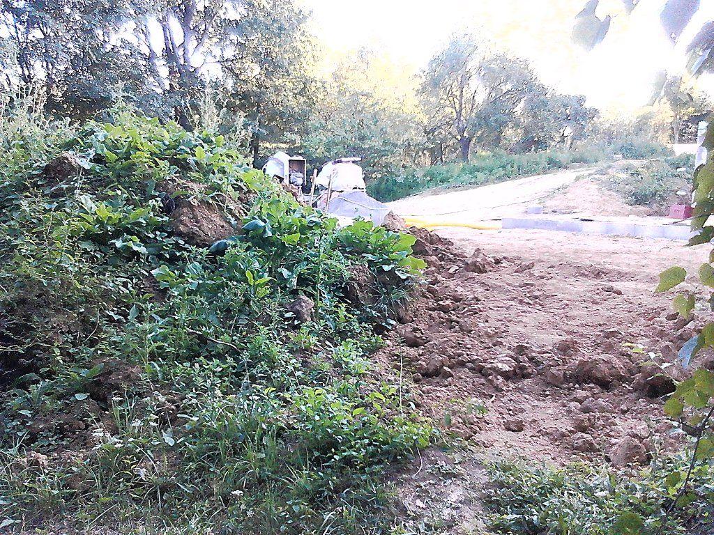 Terre végétale mise de coté pour le potager. <br /> Bon, c'est pas demain que je vais semer !!