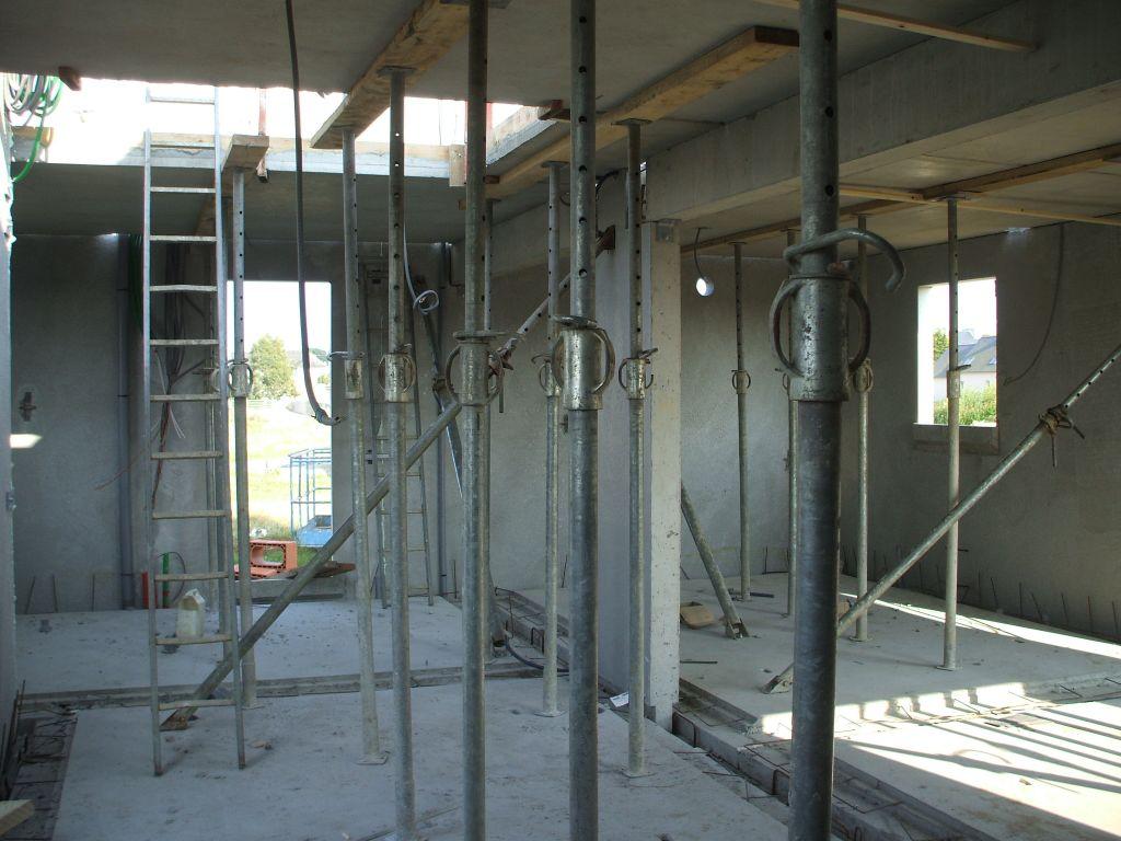 Intérieur : WC, cellier et cuisine.