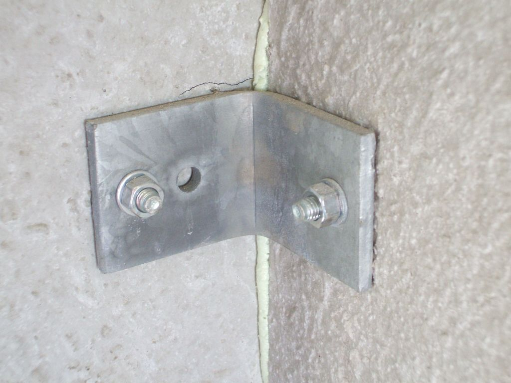 La jonction de deux plaques de béton, en angle.