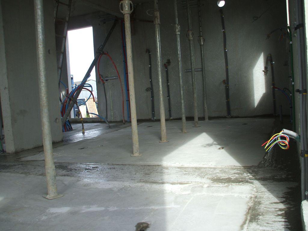 Les espaces entre les plaques formant la dalle ont été comblés.