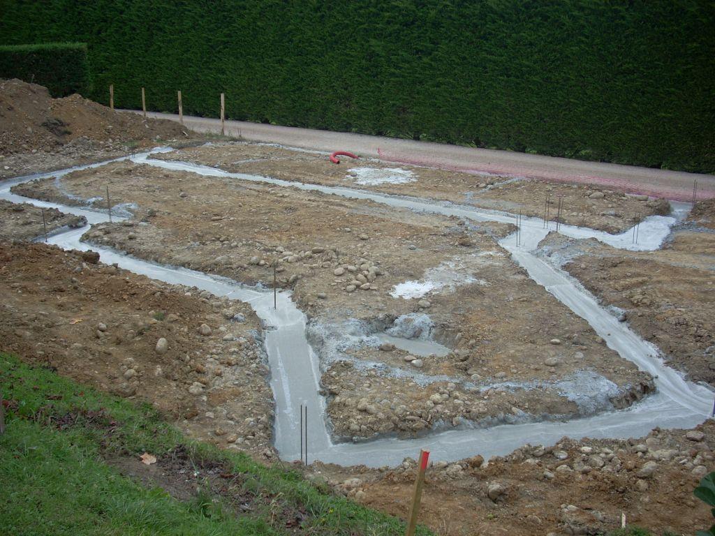 Vue générale des fondations coulées le jeudi 15 septembre par un beau temps ensoleillé.