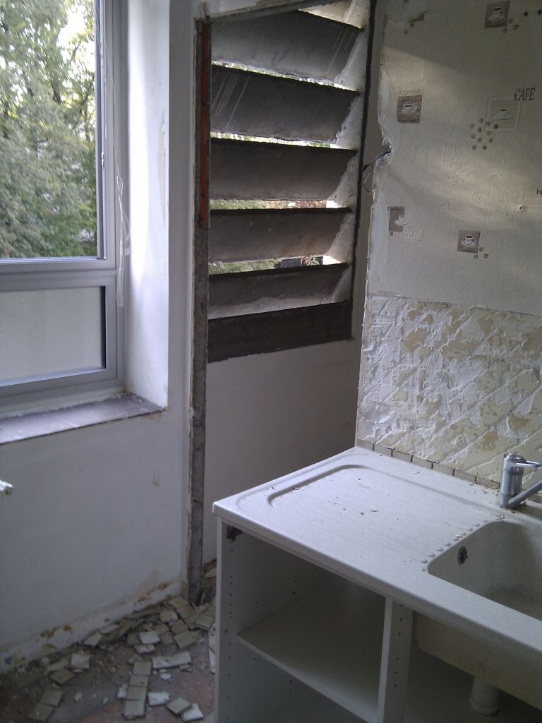 Cuisine : vue sur fenêtre du cellier, Cloison à monter