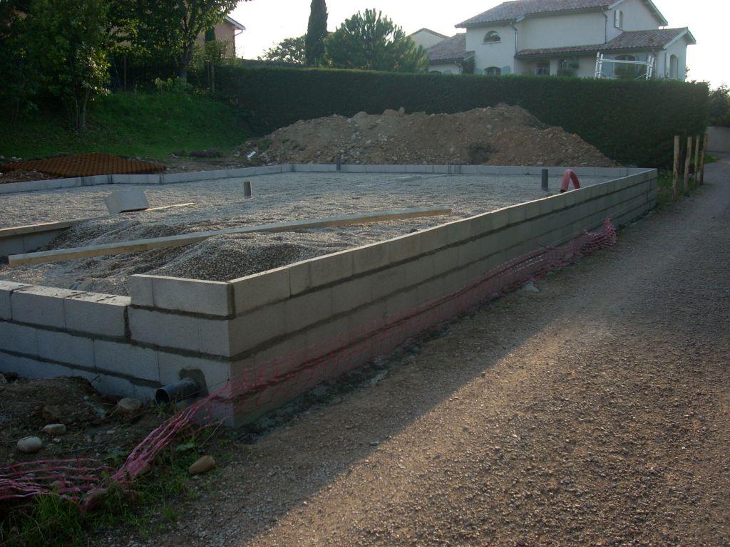 Vue en limite de propriété avec tuyau eau pluviale dans la fondation.