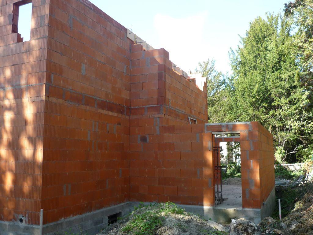 L'arrière de la maison (côté nord) et la porte du garage donnant sur le jardin