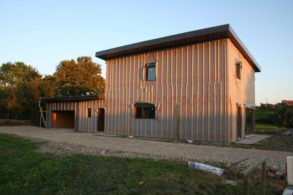 Une vue générale de la maison avec la pare-pluie posé et la toiture finie.