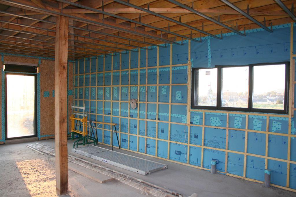 Les murs avec baies vitrées sont équipées d'un double contreventement en OSB pour répartir la charge alors que sur les autres seule la membrane est installée. Les volets restent à isoler et rendre étanches.