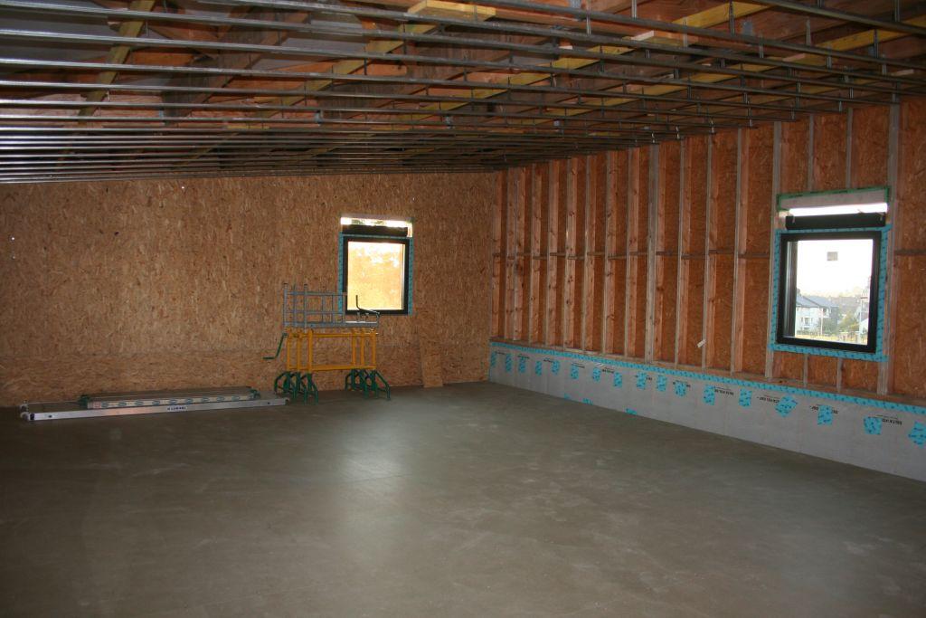 A l'étage, les murs avant la pose de la membrane. Les rails sont posés pour le plafond qui suivra la pente du toit.